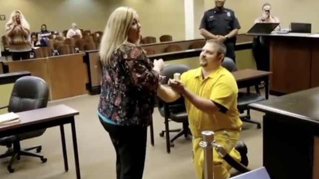 身穿囚衣求婚,法庭工作的女友吓蒙