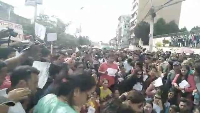 尼泊尔多地爆游行,抗议奸杀少女案