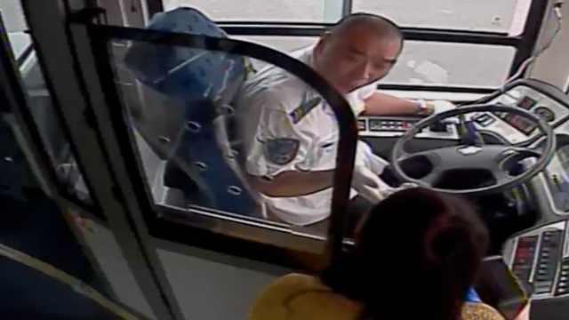 女子乘公交坐过站,嘶吼拍打刷卡机