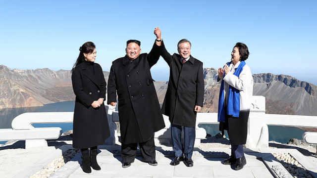 朝韩领导人天池合影,牵手举过头顶