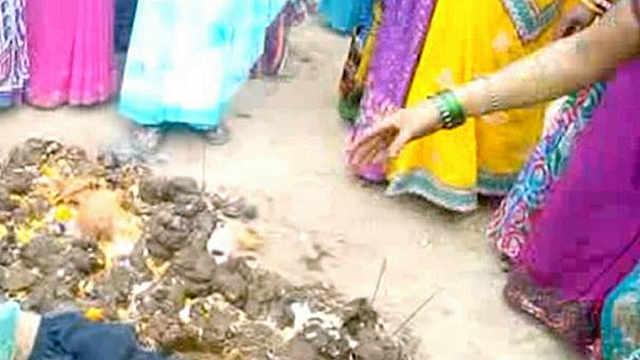 为了祛病,印度人给小孩洗牛粪澡
