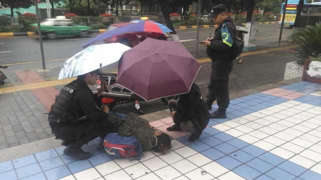 女生雨天摔倒,辅警撑伞守护20分钟