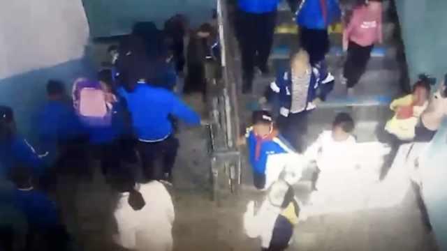 新疆4.3级地震,200名学生撤离室外