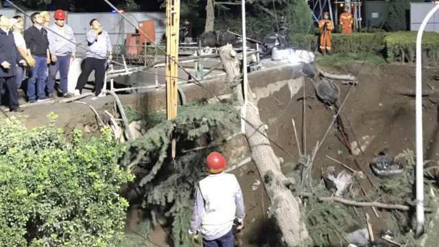 兰州一路口突塌陷,现30平米深坑