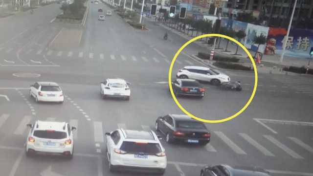 小车抢着拐弯,摩托猛撞上险钻车底