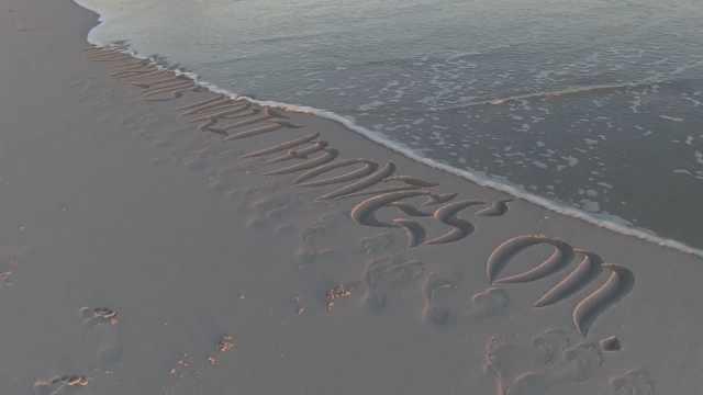 沙滩画家享受用沙作画,创意满满