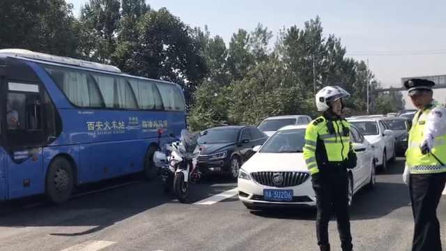 旅游大巴中途漏油,28游客滞留高速