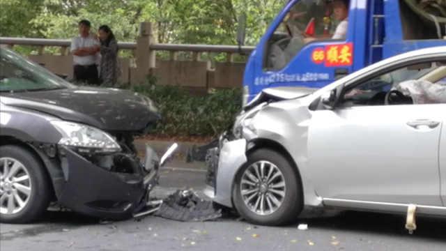 两车路上迎头相撞,安全气囊皆弹出