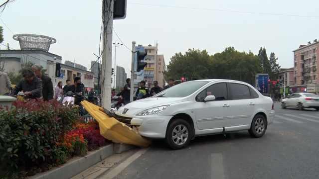 为避让公交,小车撞绿化带擦伤路人