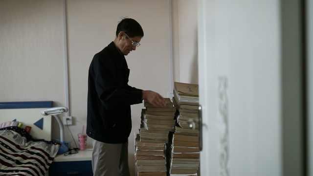 大爷37年写下78本日记,摞起2米高