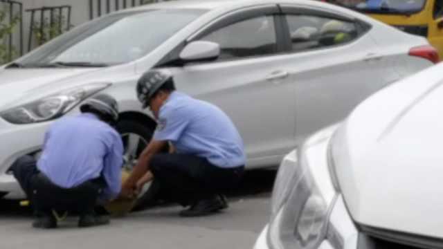 违停车全被放气锁车,居民:乱停活该