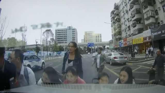 她横穿马路遭轧,路人10秒抬车救人