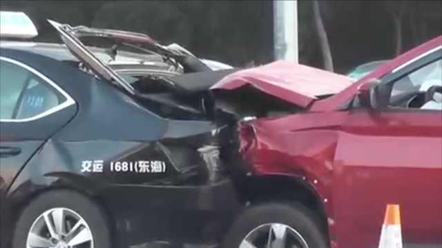 等红灯被追尾,出租车被撞出十多米