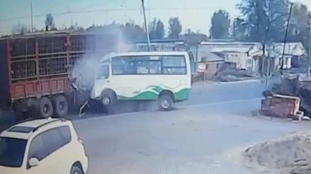 客车迎头猛撞货车,乘客全部受伤