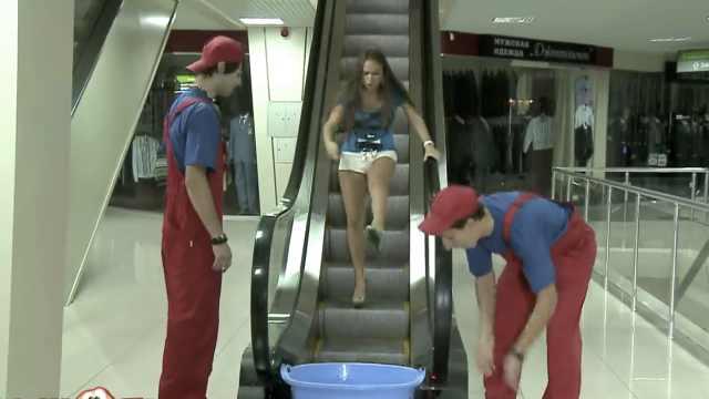 扶梯出口放水盆,路人气到蹦进去