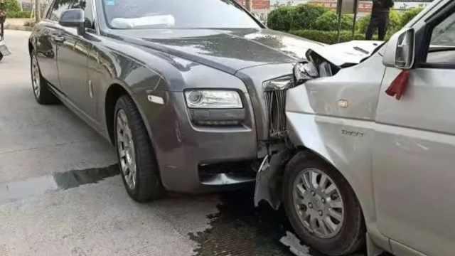 快递员看手机撞劳斯莱斯,车损百万