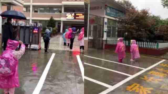 国歌声响起,小学生雨中驻足敬礼