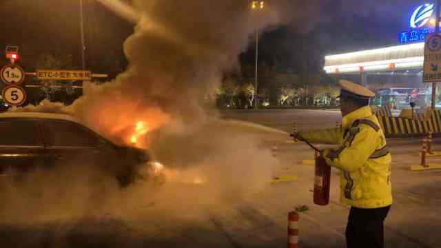 轿车撞上收费站爆燃,发动机烧化