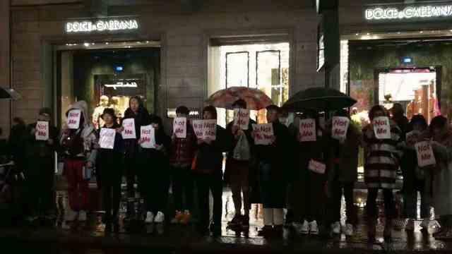不能忍!华人在米兰D&G总店冒雨抗议
