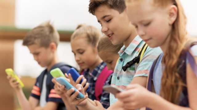法国最强校园手机禁令:15岁以下禁