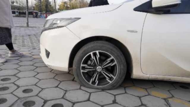 车主因限号临时停车,车胎遭