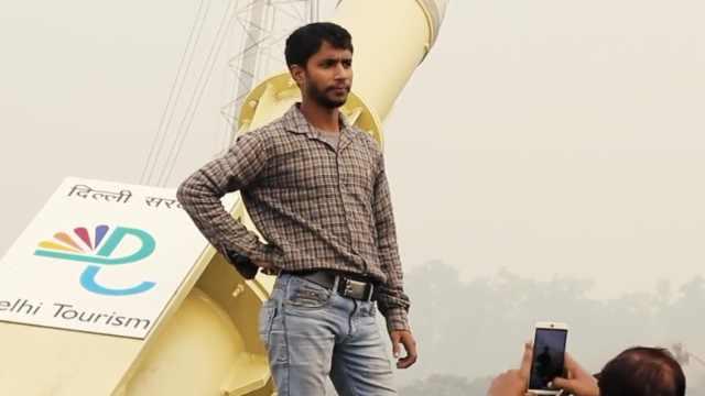 印度大桥成拍照圣地:民众冒险自拍