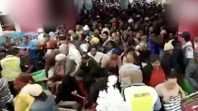 黑五到来,南非商场抢购人群挤爆