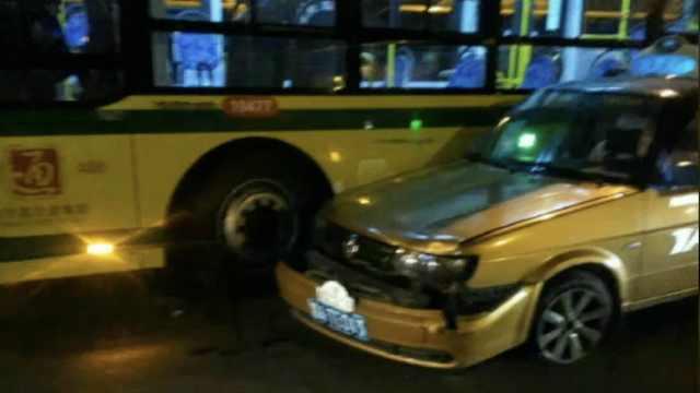 疑与的哥争吵,公交司机连撞4辆出租