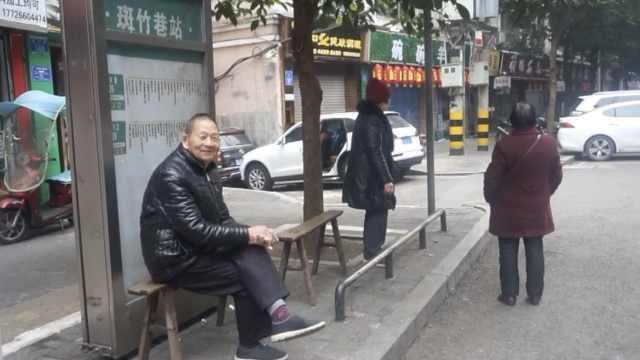 她公交站放爱心板凳3年,已坐坏1根