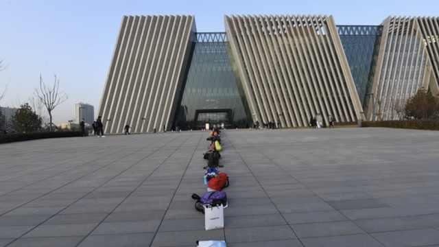 考研生图书馆抢座,书包排队超壮观