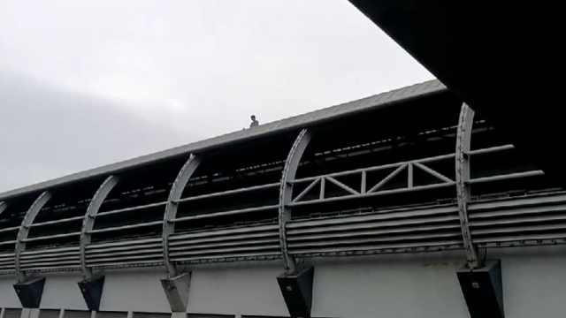 男子闯入地铁轨行区,深圳警方介入