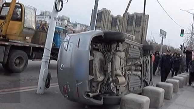 小伙开车侧翻竟没受伤,路人:练过啊