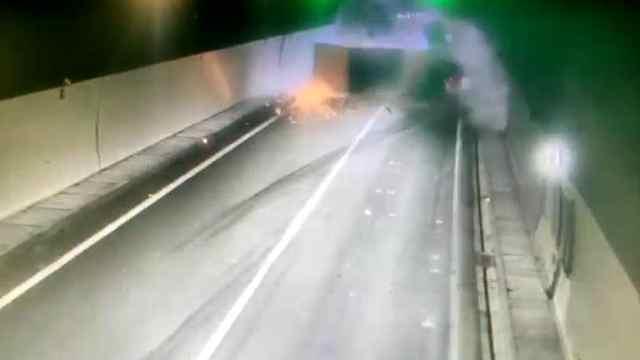 高速隧道,集装箱卡车爆胎侧翻