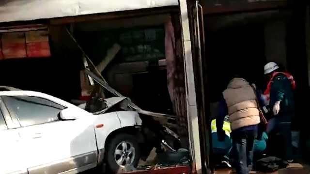 猛犸视频丨郑州轿车失控冲进店铺