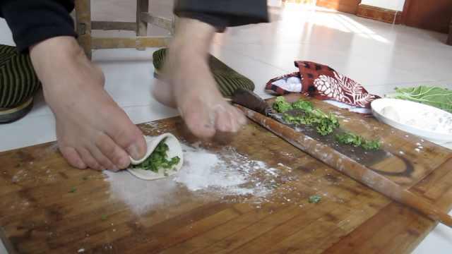 无臂男用脚包饺子:手做不到的脚能