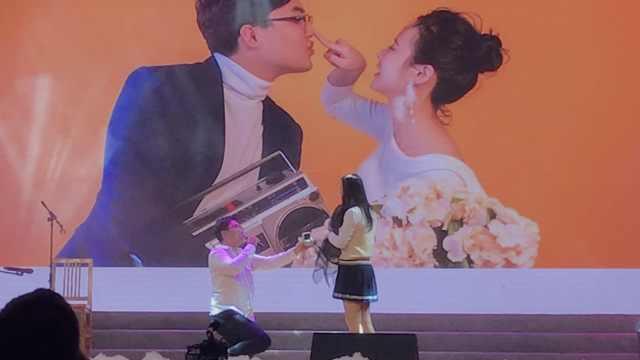 毕业晚会上求婚!同学:好浪漫幸福
