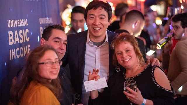 华裔竞选美总统撒钱:一家每月千刀