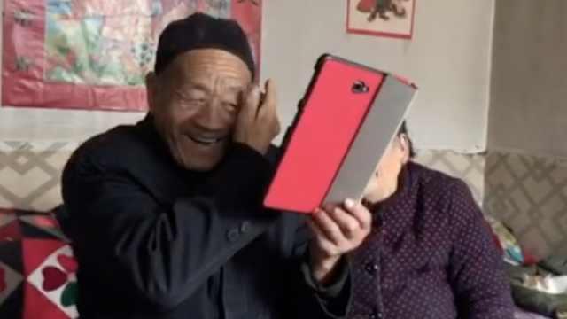 8旬潮大爷手机视频拜年,还会抢红包