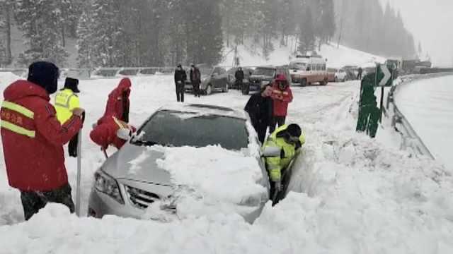 新疆高速连发雪崩,3车被埋10人被困