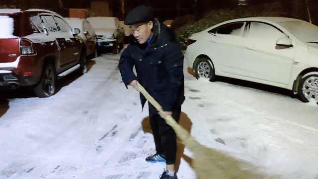 大爷晨起义务扫雪:不累,锻炼惯了