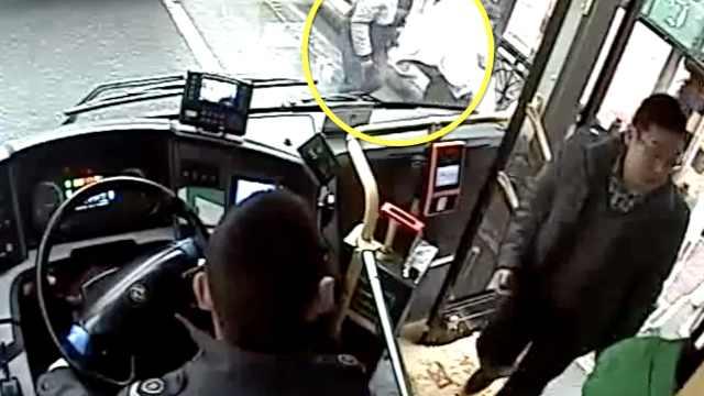 他尾随乘客偷手机,被司机呵斥吓呆