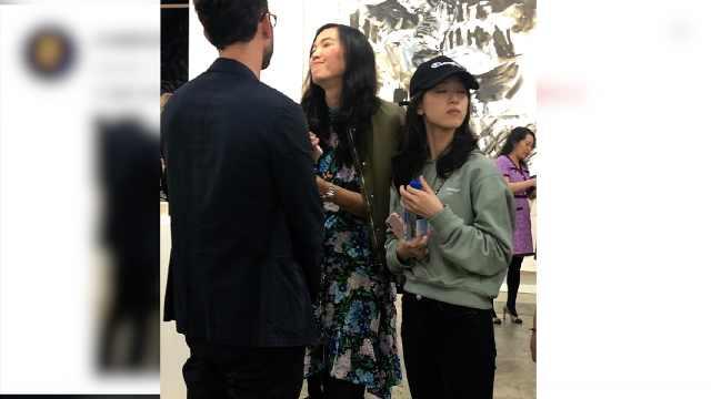 辟谣离婚后,章泽天香港被网友偶遇