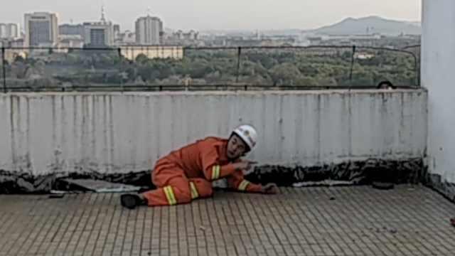 女子顶楼轻生,消防员匍匐接近救人