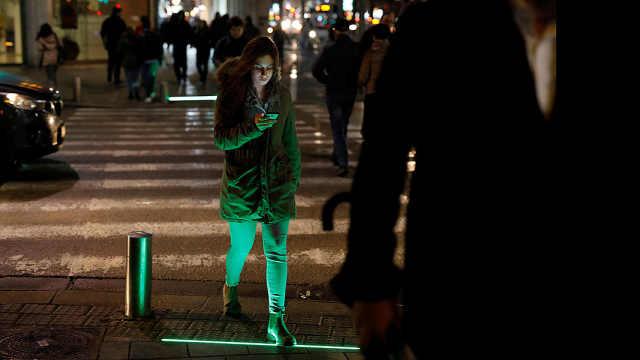 为保护低头族,红绿灯被安在地面上