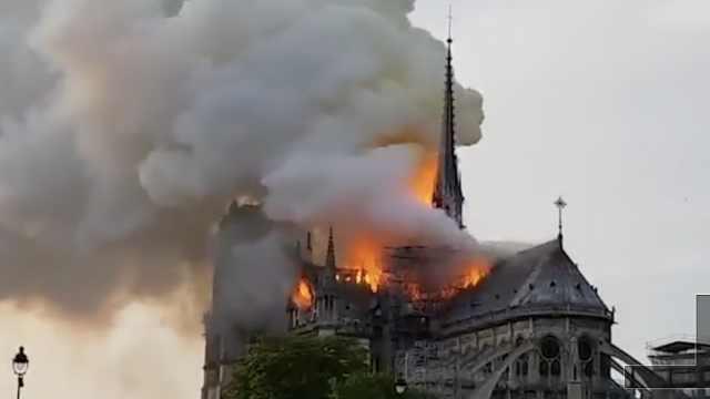 巴黎圣母院突发火灾,塔尖已坍塌