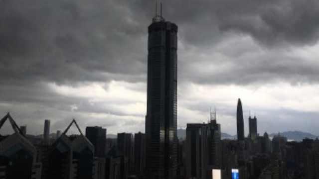 1秒天黑!深圳连发暴雨大风雷电预警