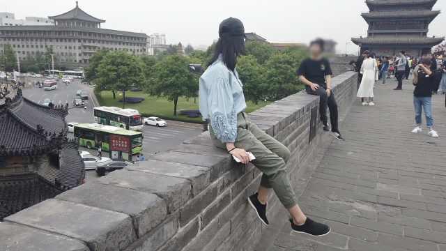 危险!游客坐12米高的西安城墙拍照