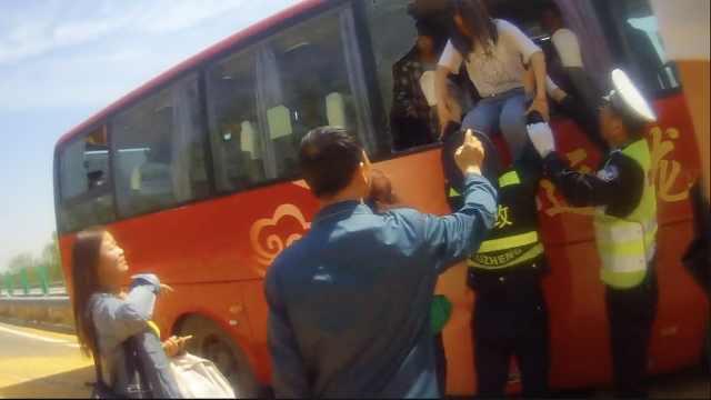 大巴司机玩手机追尾,乘客飞出座位