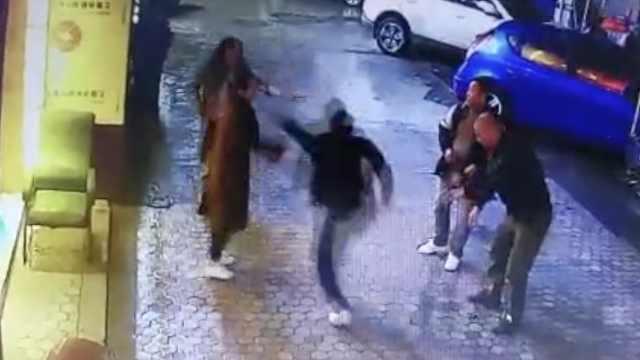 龌龊男当街袭胸,女子挣脱后遭殴打