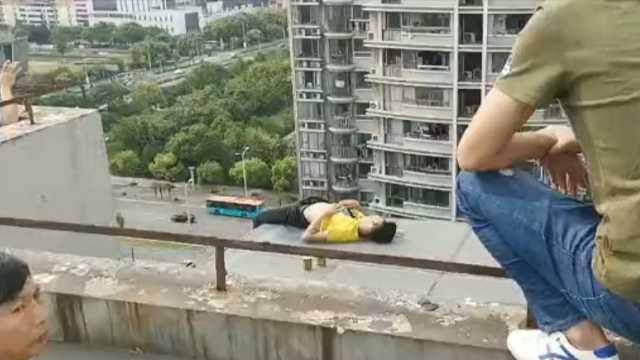 15层楼顶,消防飞身救轻生男子